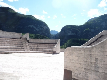 La vista si apre sul paesaggio dall'anfiteatro superiore