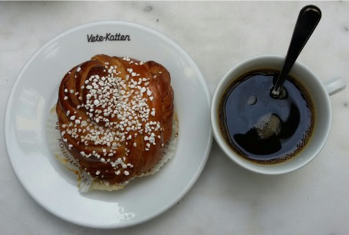 Colazione con caffè e panino dolce al cardamomo