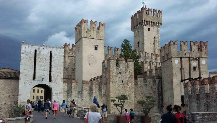 L'ingresso al centro storico di Sirmione con il Castello Scaligero
