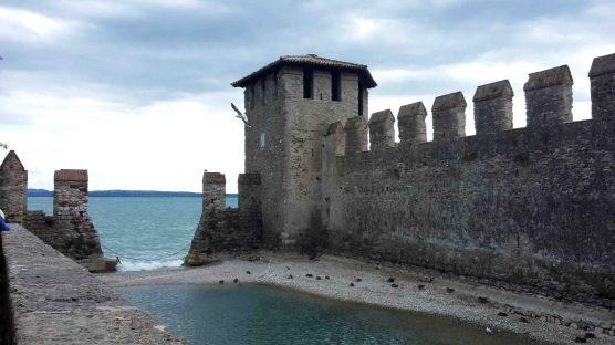 Le mura della darsena fortificata
