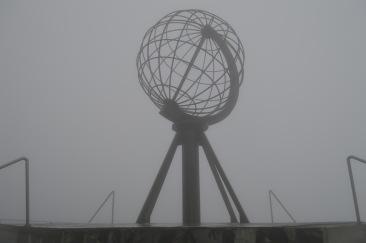 Il mappamondo di Capo Nord, avvolto nella nebbia