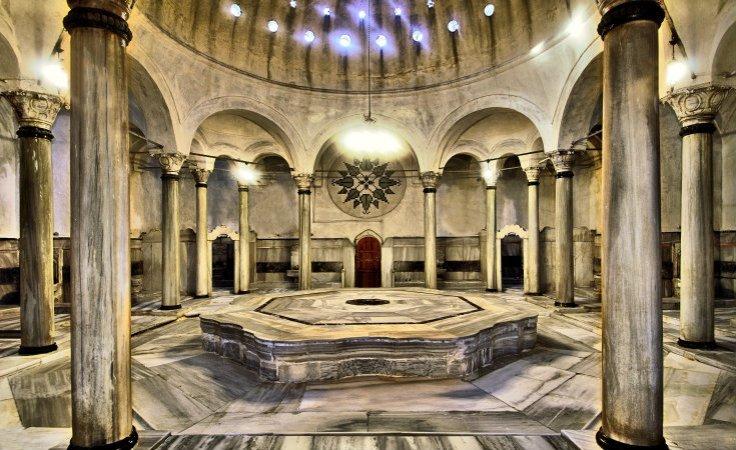 La sala principale coperta dalla cupola traforata e con la pietra centrale
