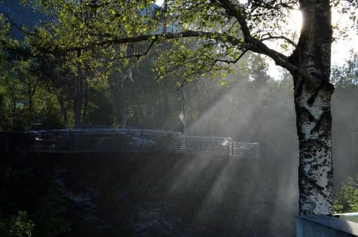 Il sole filtra nella nebbiolina di Gudbrandsjuvet