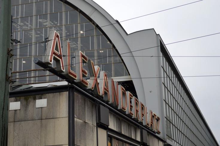 L'insegna della stazione ferroviaria di Alexanderplatz
