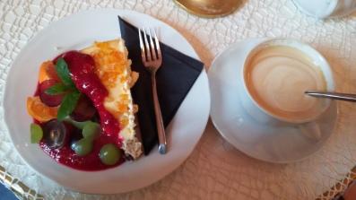 Cheesecake e cappuccino al Cafè Camelot