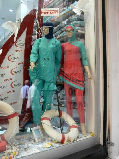 "Costumi ""interi"" in vetrina ad Istanbul"