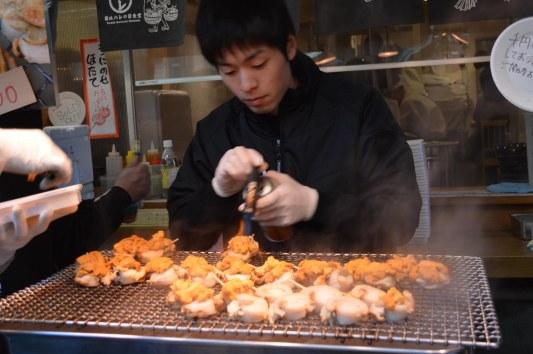 Spiedini di capesante e ricci a Tsukiji