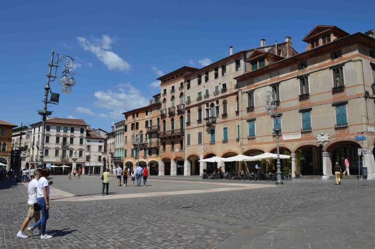 Piazza Libertà e i suoi portici